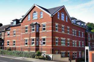 2 Bedrooms Flat for sale in Croydon Road, Caterham, Surrey