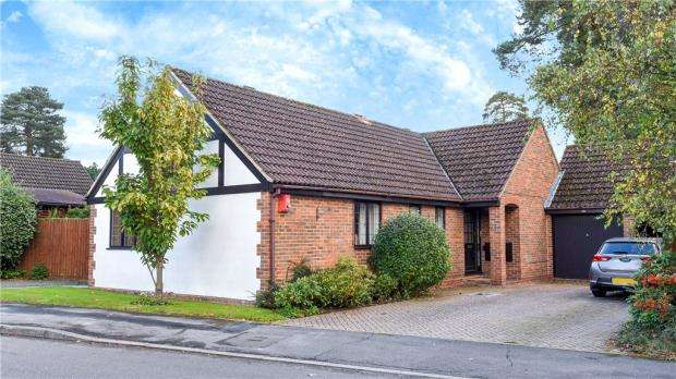 3 Bedrooms Detached Bungalow for sale in The Brackens, Crowthorne, Berkshire