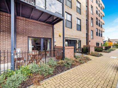 2 Bedrooms Flat for sale in Maxwell Road, Romford, Essex