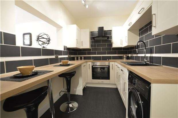 2 Bedrooms Flat for sale in White Rock Gardens, HASTINGS, East Sussex, TN34