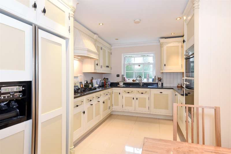 2 Bedrooms Apartment Flat for sale in Flat 2 Kendall Manor, 64 Ducks Hill Road, Northwood, Middlesex, HA6