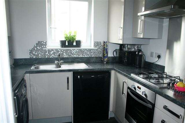 2 Bedrooms Flat for sale in Principal Court, Tudor Crescent, Cosham, Portsmouth, Hampshire, PO6 2BW