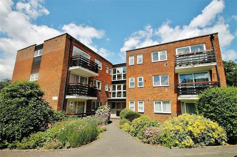 2 Bedrooms Flat for sale in Parkmore Close, WOODFORD GREEN IG8