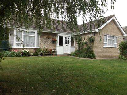 3 Bedrooms Bungalow for sale in Spooner Row, Wymondham, Norfolk