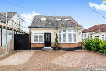 3 Bedrooms Bungalow for sale in Rise Park, Romford, Essex