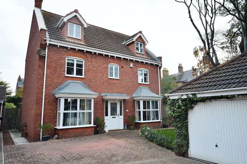 5 Bedrooms Detached House for sale in Shackleton Close, Whitby