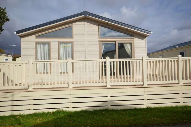 2 Bedrooms Lodge Character Property for sale in Oaklands Holiday Park, Colchester Road, Nr Clacton-On-Sea