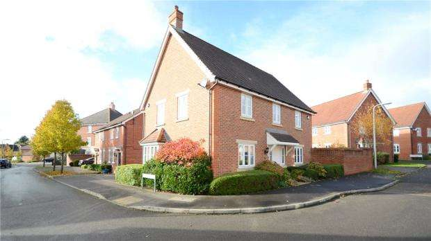 4 Bedrooms Detached House for sale in Chrysanthemum Drive, Shinfield, Reading