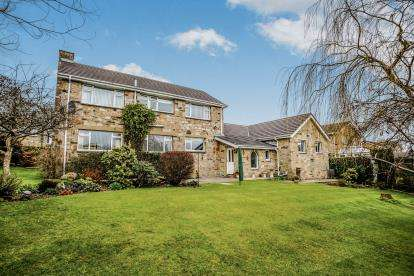 4 Bedrooms Detached House for sale in The Ghyll, Fixby, Huddersfield, West Yorkshire
