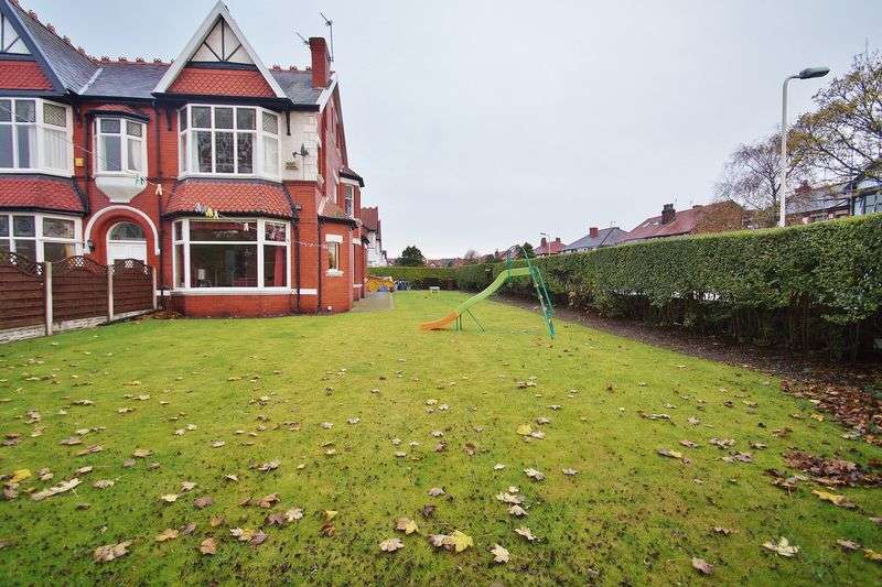 4 Bedrooms Semi Detached House for sale in Wennington Road, Southport