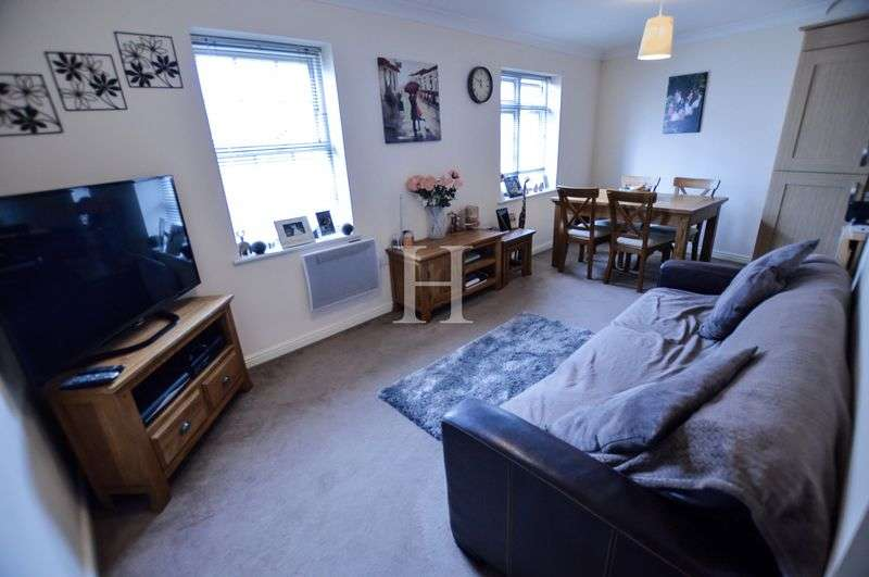 2 Bedrooms Flat for sale in Rochefort House, Roche Close, Rochford, Essex, SS4