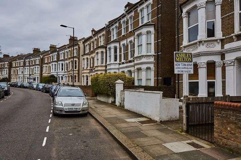 2 Bedrooms Flat for sale in Saltram Crescent, London