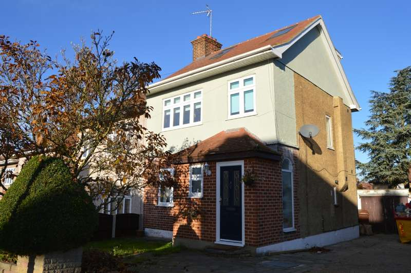 4 Bedrooms Semi Detached House for sale in Ravenswood Close, Romford
