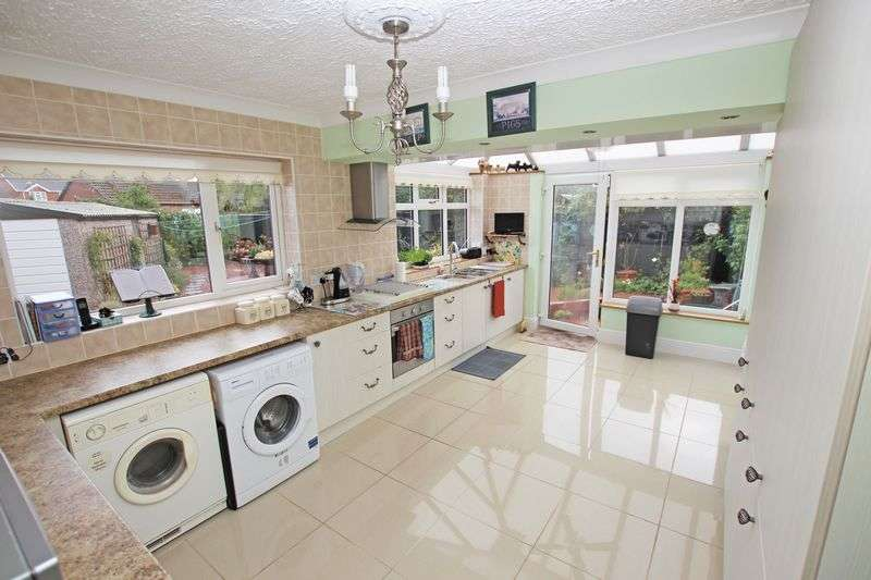 4 Bedrooms Semi Detached Bungalow for sale in BARON AVENUE, NEW WALTHAM