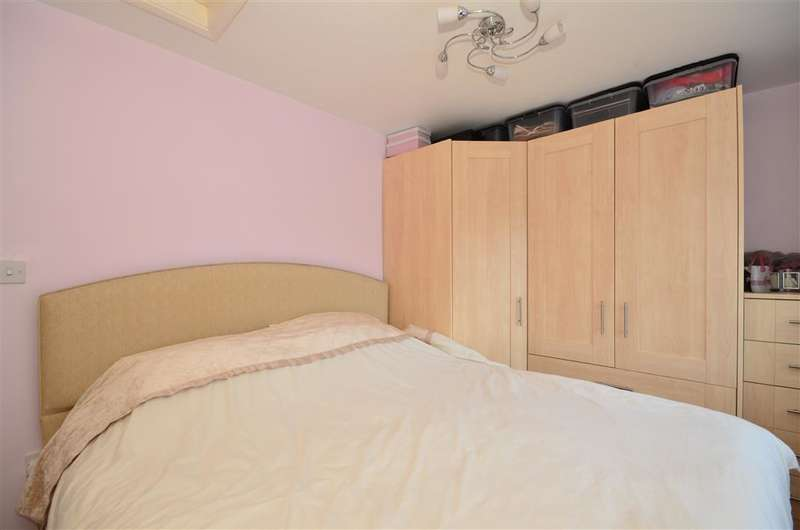 2 Bedrooms Semi Detached House for sale in Greenwood Gardens, Ilford, Essex