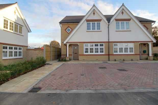 3 Bedrooms Semi Detached House for sale in Thomas Road, Aylesford, Kent, ME20 7FR
