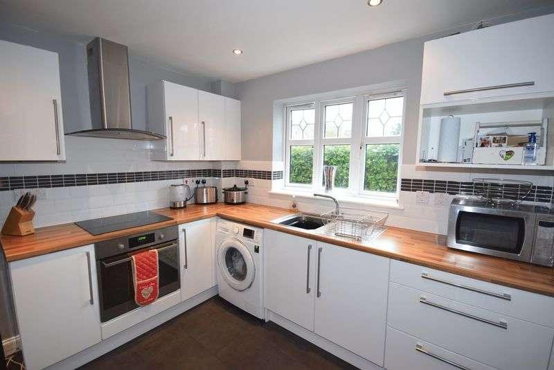 2 Bedrooms Flat for sale in Lanark Gardens, Widnes
