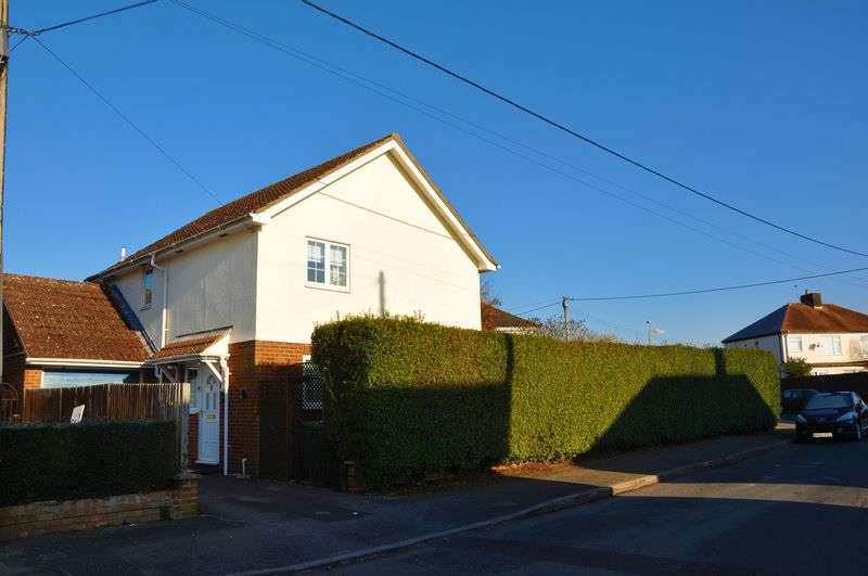 3 Bedrooms Detached House for sale in The Crescent, Andover