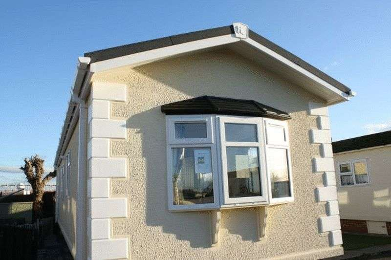 2 Bedrooms Bungalow for sale in 5 The Groves, Sea View Park, Bank Lane, Warton, Lancashire, PR4 1TD