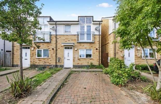 3 Bedrooms Semi Detached House for sale in Founders Close, Northolt, UB5