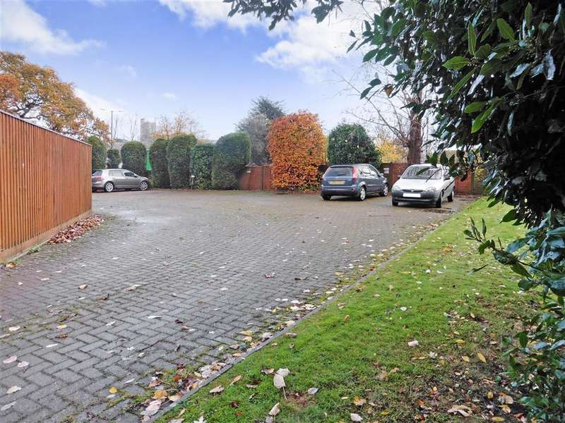 3 Bedrooms Ground Flat for sale in Ulster Crescent, Newport, Isle of Wight