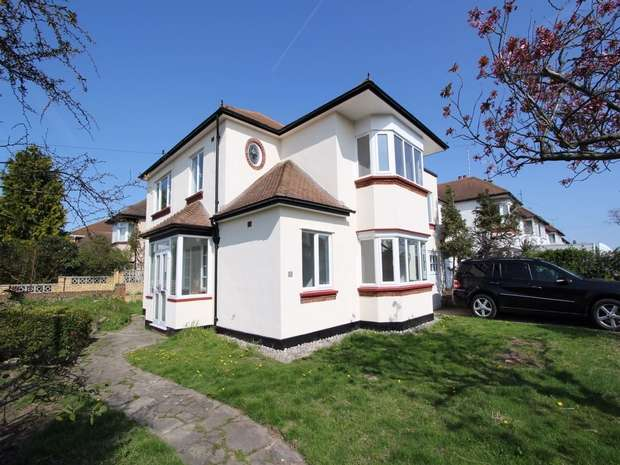4 Bedrooms Detached House for sale in Hobleythick Lane, Westcliff on Sea, Essex
