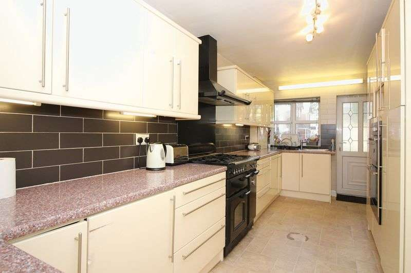 4 Bedrooms Detached House for sale in Parkhills Close, Bury, BL9