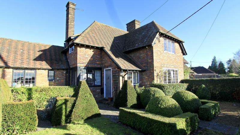 3 Bedrooms Semi Detached House for sale in Oxford Street, Lee Common, HP16