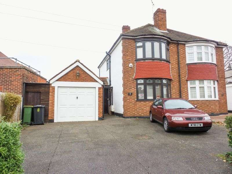 3 Bedrooms Semi Detached House for sale in London Hill, Rayleigh