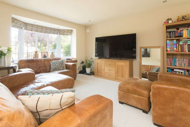 4 Bedrooms Detached House for sale in Avon Crescent, Stratford-upon-Avon, Warwickshire, CV37