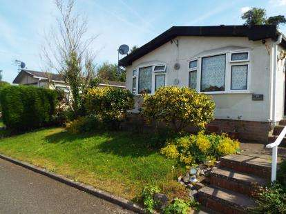 2 Bedrooms Bungalow for sale in Oak Avenue, Blisworth, Northampton, Northamptonshire