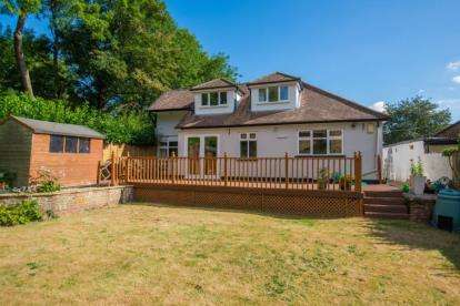 4 Bedrooms Bungalow for sale in Field Way, Rickmansworth