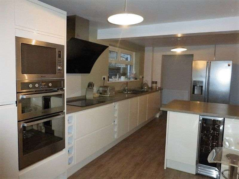 5 Bedrooms Detached House for sale in Oulton Broad