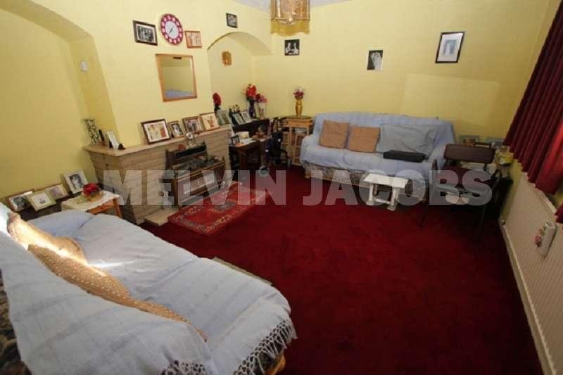 4 Bedrooms Property for sale in Meadfield , Edgware, Greater London. HA8 8XL
