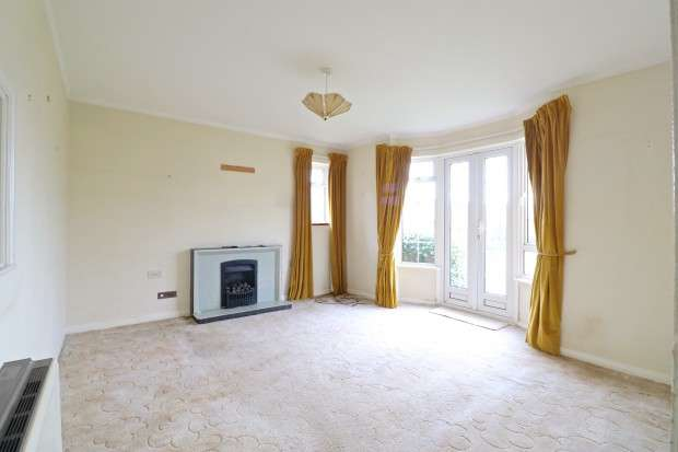 2 Bedrooms Flat for sale in Ratton Garden, Eastbourne, BN20