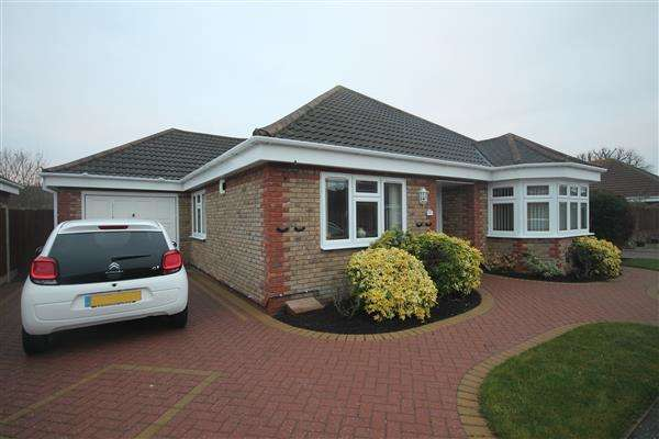 3 Bedrooms Bungalow for sale in Oak Close, Great Clacton