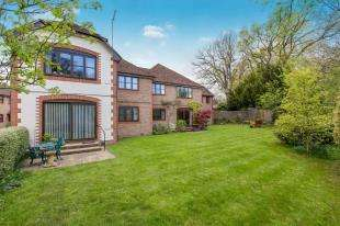 2 Bedrooms Flat for sale in Spring Meadow, New Road, Midhurst, West Sussex