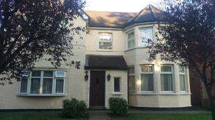 2 Bedrooms Flat for sale in Plough Lane, Purley