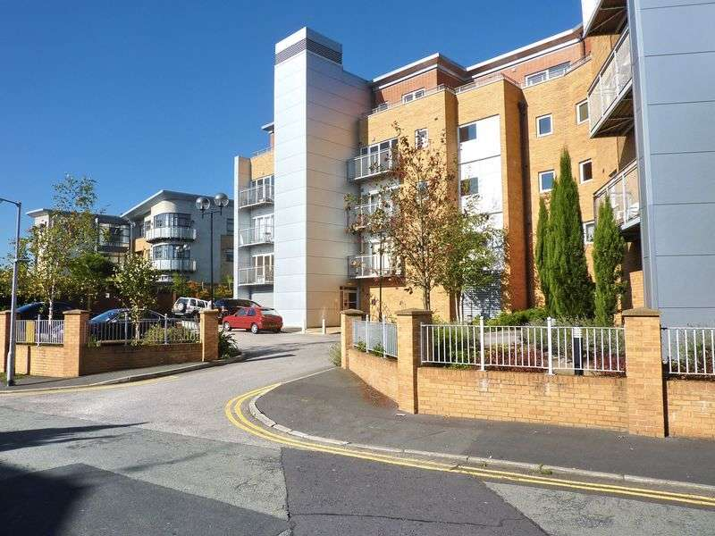 3 Bedrooms Flat for sale in The Atrium, Bury Old Road, Whitefield, Manchester