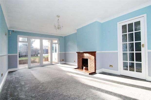 3 Bedrooms Semi Detached Bungalow for sale in Oakcroft Gardens, Littlehampton, West Sussex, BN17