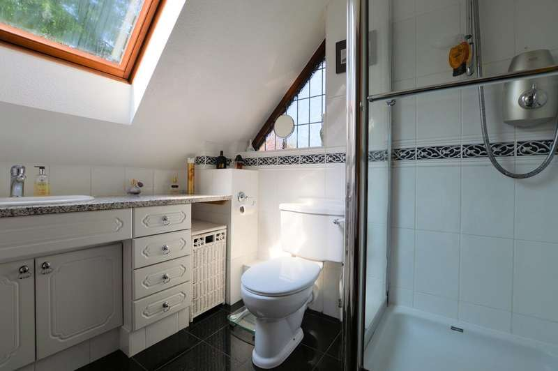 4 Bedrooms Detached House for sale in Oak Drive, Burghfield Common, Reading, RG7