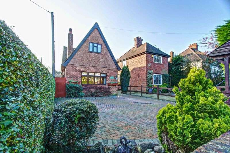 3 Bedrooms Detached House for sale in Marlow Road, Lane End village