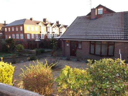 2 Bedrooms Bungalow for sale in Etruria Road, Stoke-On-Trent, Staffordshire