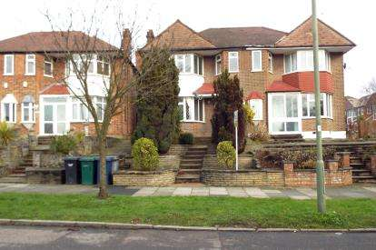 3 Bedrooms Semi Detached House for sale in Hampden Way, Southgate, London