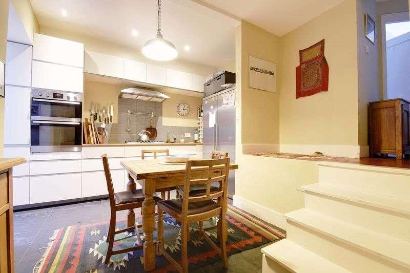 2 Bedrooms Flat for sale in Knightland Road, London