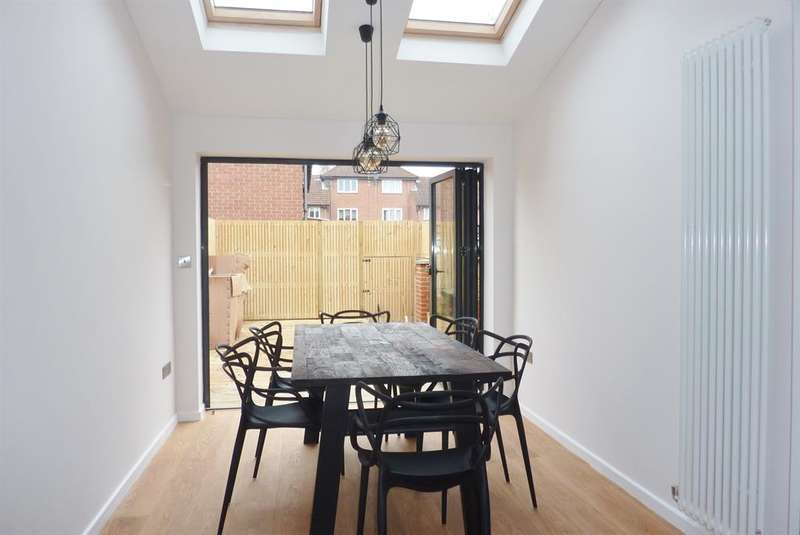 2 Bedrooms Terraced House for sale in Goldfinch Road, Thamesmead, London, SE28 0DG