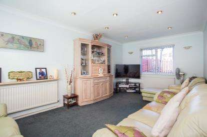 3 Bedrooms Semi Detached House for sale in Lancaster Road, Northolt, Middlesex, England