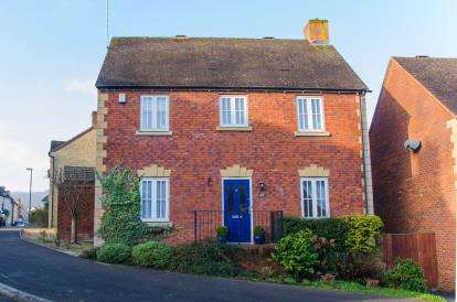 3 Bedrooms Detached House for sale in Downham View, Dursley, Gloucestershire
