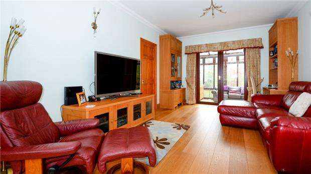 4 Bedrooms Detached House for sale in Circle Hill Road, Crowthorne, Berkshire