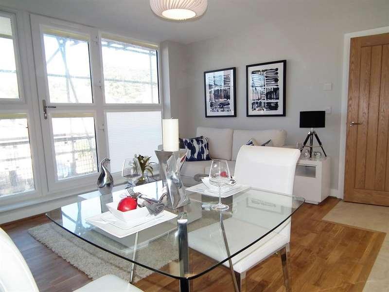 2 Bedrooms Flat for sale in 19 Elizabeth House, Christoper Road , East Grinstead, RH19 3BT